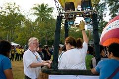 Teilnehmer sprengen ihre Ballone Stockfotografie