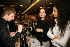 Teilnehmer und Besucher zur Geschäftsausstellung von Herstellern und von Lieferanten von italienischen Weinen und von Lebensmitte Lizenzfreies Stockbild