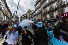 Teilnehmer von Queima DAS Fitas führen - traditionelle Festlichkeit von Studenten der portugiesischen Universitäten vor Stockfoto
