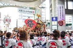 Teilnehmer von Tenjin Matsuri betet den goldenen Schrein, Juli an Stockbilder