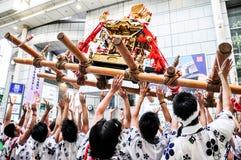 Teilnehmer von Tenjin Matsuri betet den goldenen Schrein, Juli an Stockfotos