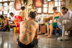 Teilnehmer Wai Kroo Master Day Ceremony an Knall Pra-Kloster Lizenzfreie Stockfotos