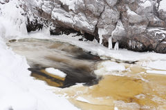Teils gefrorener Fluss am Winter lizenzfreies stockfoto