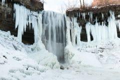 Teils gefrorener Wasserfall Lizenzfreie Stockbilder