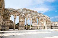 Teils wieder aufgebaute Bögen der großen Basilika Pliska an Lizenzfreie Stockbilder