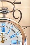 Teiltaschenuhr, die auf Kalender liegt Stockfotografie