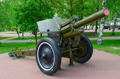 Teilungshaubitze 122-Millimeter von 1938 vorbildlichen M-30 auf Gasse des Militärruhmes im Park von Siegern, Vitebsk, Weißrusslan Stockbild
