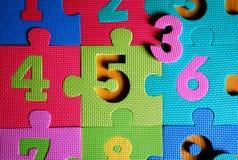 Teilweise Ansicht der Puzzlespielmatte mit Zahlen Stockfotografie