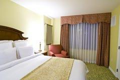 Teilweise Ansicht des Betts und des Stuhls lizenzfreies stockbild