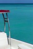 Teilweise Ansicht des Bootes mit Crystal Blue Ocean Water im Hintergrund lizenzfreies stockbild
