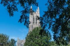 Teilweise Ansicht des Duke Chapel-Turms im frühen Fall stockfotos