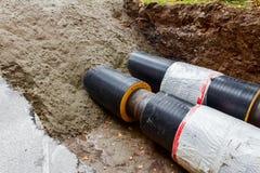 Teilweise begrabene Rohrleitung. Lizenzfreies Stockfoto