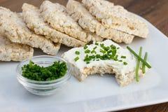 Teilweise gegessener Reiskuchen, -käse und -schnittlauche Lizenzfreies Stockfoto