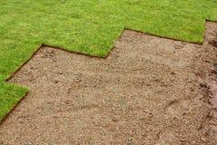 Teilweise gelegter Rasen Stockbild