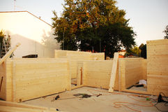 Teilweise konstruiertes Holzhaus Stockfoto
