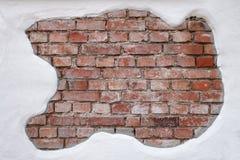 Teilweise vergipste, alte, schmutzige Backsteinmauer Lizenzfreie Stockfotos