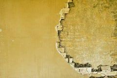 Teilweise zerstörte Wand innerhalb eines Industriegebäudes unter Demolierung lizenzfreie stockbilder