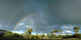 Teilweiser doppelter Regenbogen stockfoto