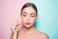 Teint parfait Appliquez le crayon correcteur et la barre de mise en valeur cosmétique Applicateur cosmétique de prise de fille Cr photos libres de droits