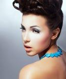 Teint. Profil des faszinierenden herrlichen Brunette mit natürlichem Make-up. Verfeinerung stockbild
