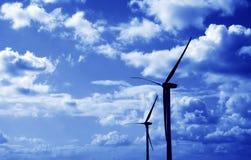 Teinte de bleu de turbines de vent photographie stock libre de droits