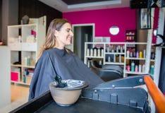 Teinture capillaire dans la cuvette et brosse pour le traitement de cheveux Photos libres de droits