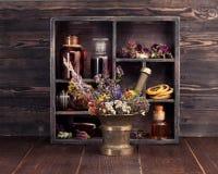 Teinture médicale d'herbes et de fleurs et de bouteilles Photos libres de droits