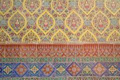 Teja colorida, pared antigua del templo en Wat Rajabopit Bangkok Imágenes de archivo libres de regalías