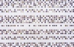 Teja de la porcelana con los peque?os cuadrados convexos de diversos colores fotos de archivo