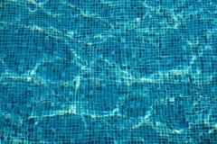 Teja de mosaico azul en la piscina, onda fotografía de archivo libre de regalías