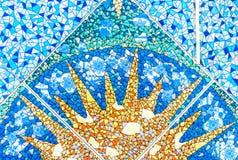 Teja de mosaico de cerámica azul con la imagen del sol Fondo y textura de baldosas cerámicas foto de archivo libre de regalías