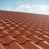 Teja de tejado sobre el cielo azul Imágenes de archivo libres de regalías