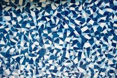 Teja pintada azul de la decoración de la simetría de la piedra de la roca con textura del fondo de la pared de las grietas fotografía de archivo libre de regalías
