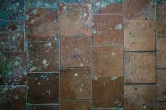 Teja vieja en el piso y la pared imagen de archivo