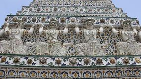 Teja y Giants de Wat Arun Temple Decorated With Glazed Imagenes de archivo