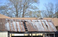 tejado aherrumbrado de la lata foto de archivo libre de regalías