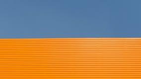 Tejado anaranjado con el fondo del cielo azul Foto de archivo