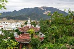 Tejado anaranjado de la pagoda budista con las montañas y la ciudad Fotos de archivo libres de regalías