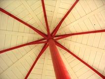 Tejado blanco con las participaciones rojas imagenes de archivo