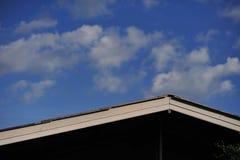 Tejado blanco delante del fondo del cielo azul y de la nube Imagenes de archivo