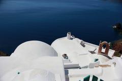 Tejado blanco en Santorini Imagen de archivo libre de regalías