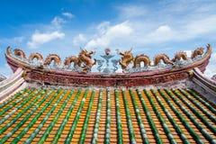 Tejado chino de la capilla con la decoración de los dragones imagenes de archivo