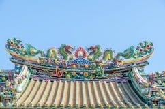 Tejado chino del templo con la estatua del dragón Foto de archivo libre de regalías