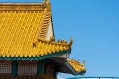Tejado chino del templo en un fondo azul Imagen de archivo libre de regalías
