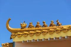 Tejado chino del templo en un fondo azul Fotografía de archivo