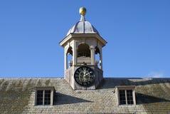 Tejado con una torre y las ventanas abuhardilladas de reloj Fotos de archivo libres de regalías