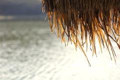 Tejado cubierto con paja del flotador de bambú de la balsa de la choza Foto de archivo