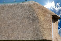 Tejado cubierto con paja en la costa de Mar del Norte en primer imagen de archivo