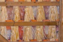 Tejado cubierto con paja tradicional con la paja como aislamiento Fotos de archivo libres de regalías
