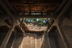 Tejado dañado de un edificio abandonado Imagen de archivo libre de regalías